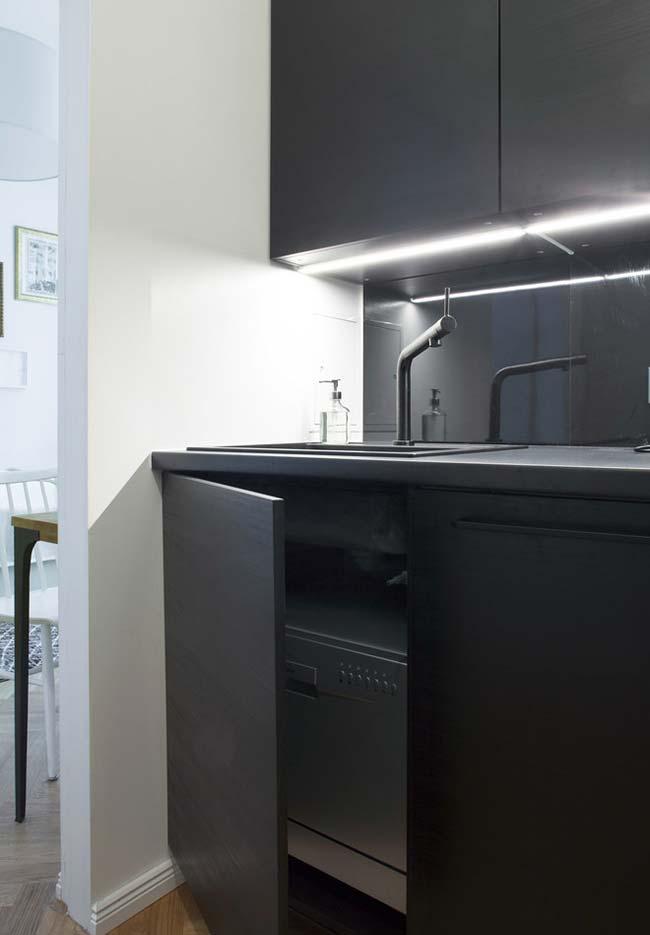 Cozinha preta minimalista