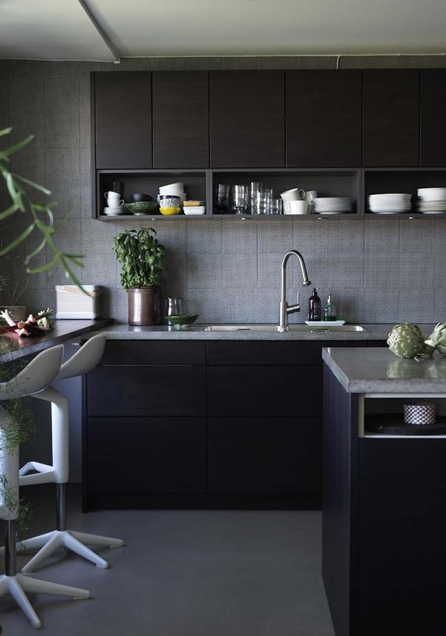 Plantinhas na decoração de cozinha preta