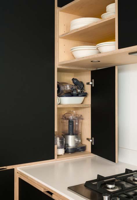 Cozinha preta e madeira