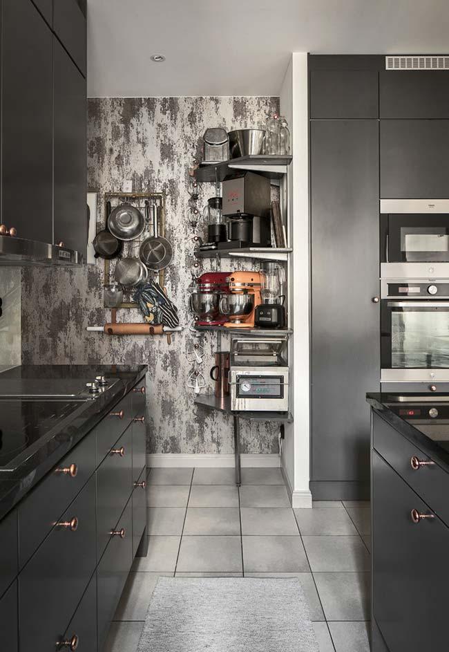 Papeis de paredes ou pinturas diferentes na sua cozinha com a cor preta