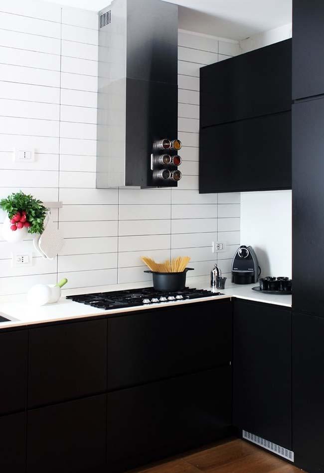 Cozinha branca com os armários em preto fosco