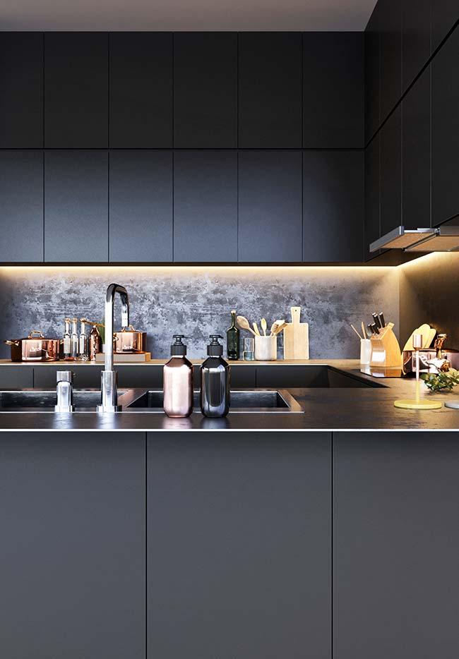Iluminação na cozinha preta