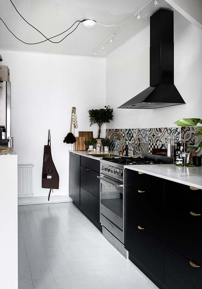Cozinha preta e branca pequena e simples