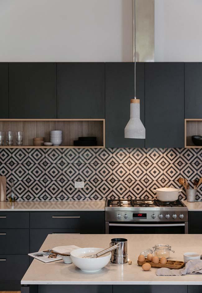 Cozinha contemporânea em preto e madeira clara de demolição num trabalho de marcenaria fantástico