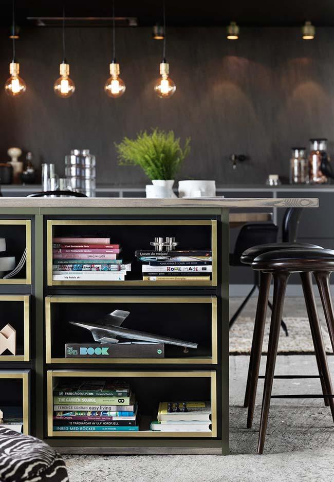 Mais uma cozinha preta com detalhes em dourado