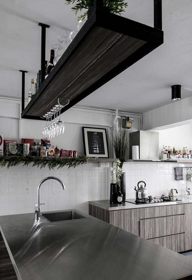 Cozinha com diversas superfícies suspensas para guardar temperos, taças e decorações