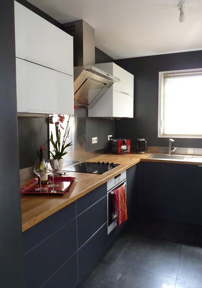 Diferencie armários pela cor: nesta cozinha preta, os armários suspensos têm acabamento em branco