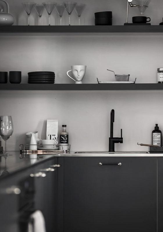 Cozinha preta simples com louças e utensílios