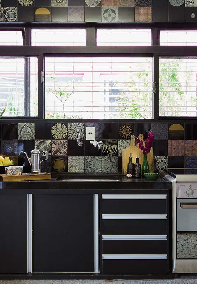 Destaque para o trabalho com azulejos hidráulicos nessa cozinha preta
