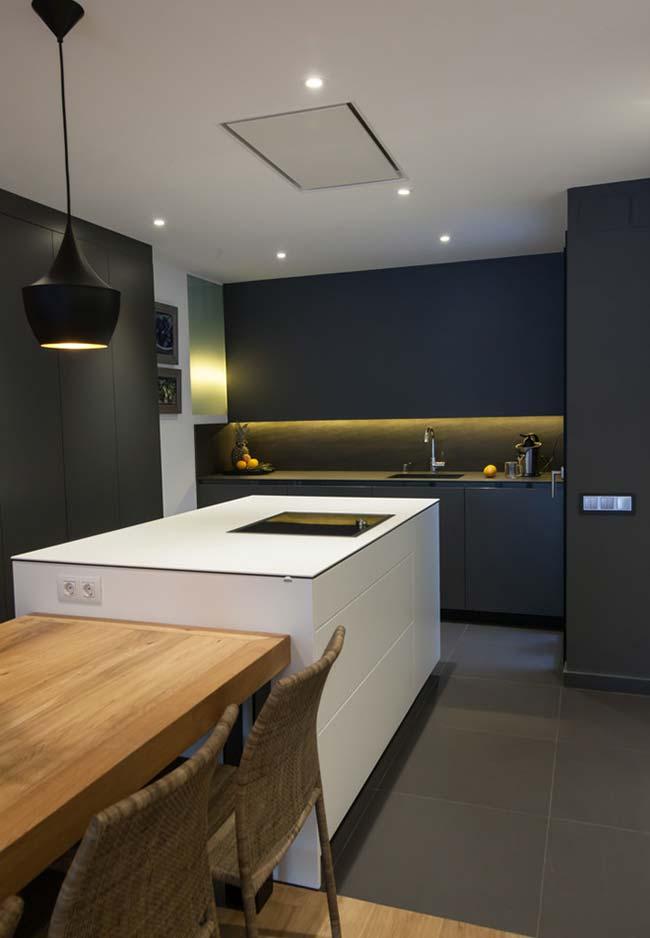 Luzes amareladas na cozinha preta