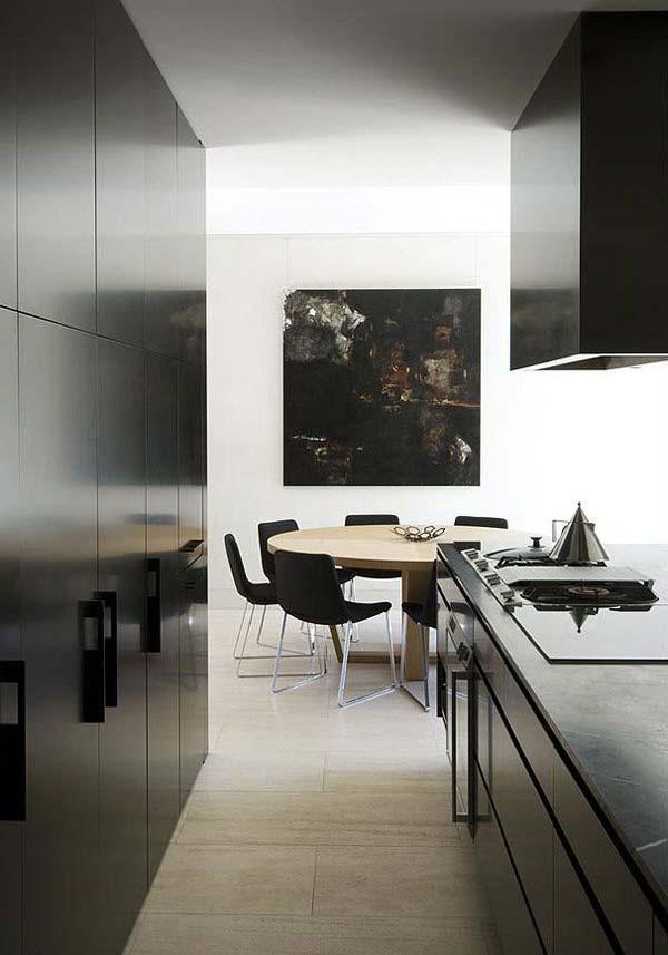 Cozinha preta com sala de jantar simples
