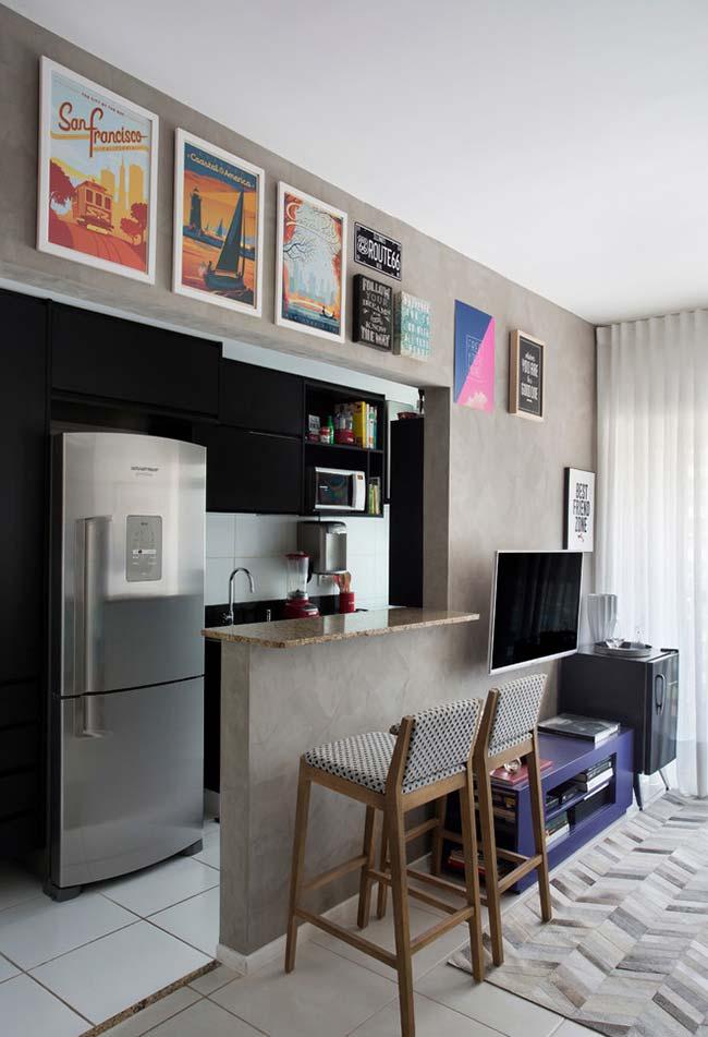Contraste entre a cozinha escura e a sala clara