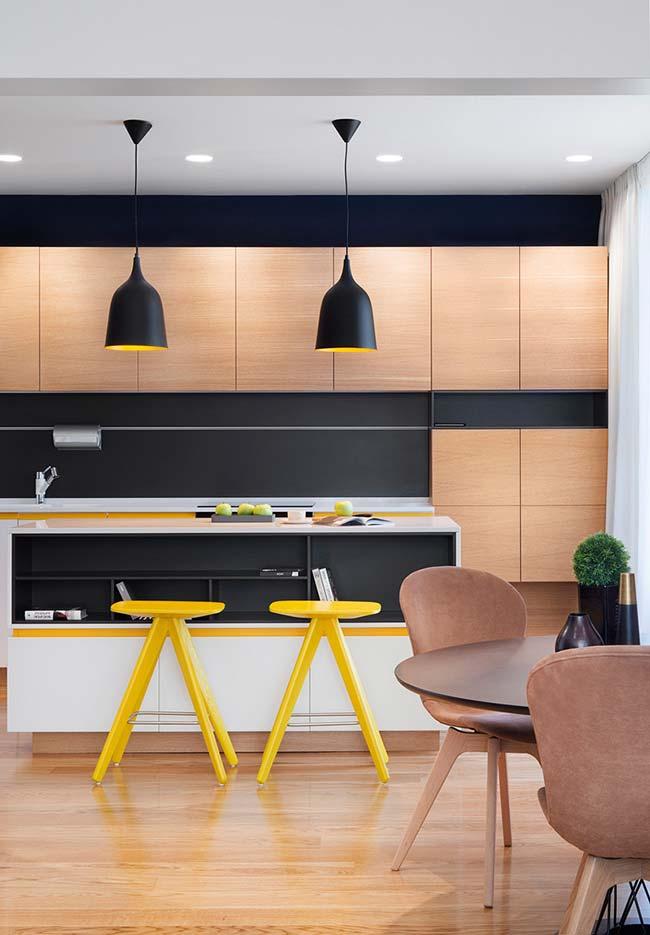 Mais uma ideia de amarelo inserido na cozinha preta