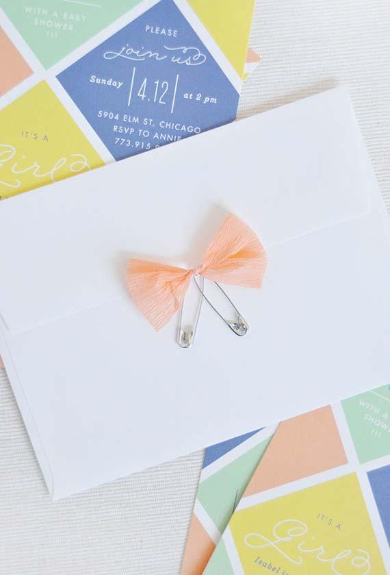 Aposte em um colorido mais neutro com as candy colors da decoração do chá de bebê até o convite