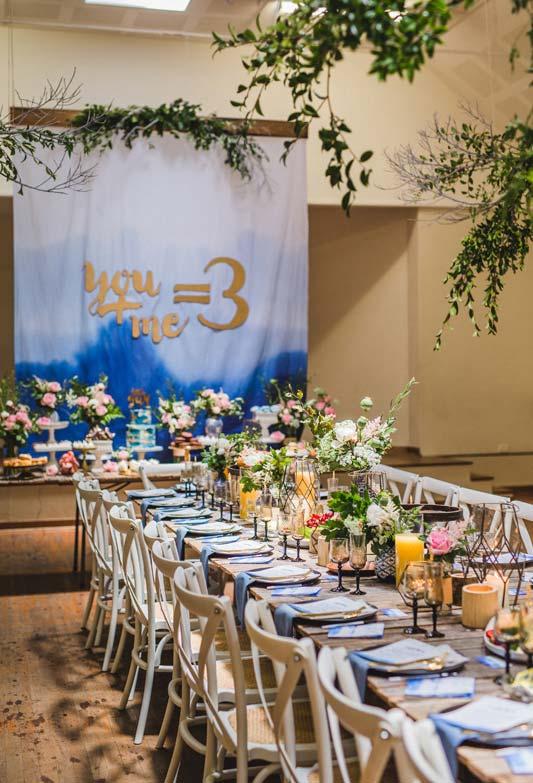 Para quem quer uma grande festa para o chá de bebê: mantenha os convidados unidos em uma mesa longa e única no centro do salão