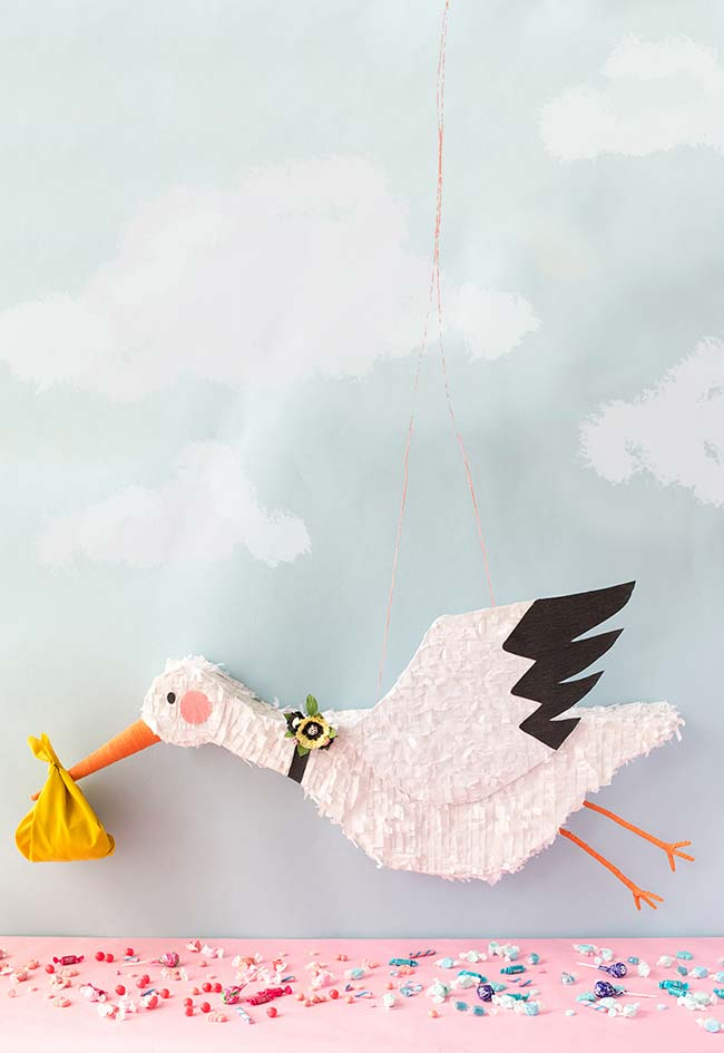 que tal uma piñata em forma de cegonha para a decoração chá de bebê