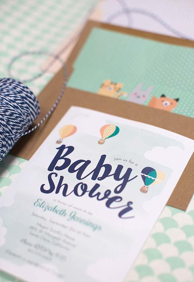 Já neste chá de bebê, o convite temático é inspirado nos balões coloridos aos céus