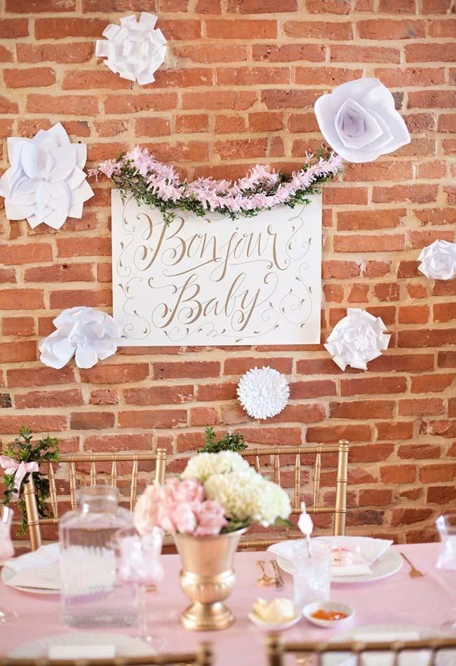 Outra ideia faça você mesmo: flores gigantes de papel com várias camadas e diversos cortes em papel para pendurar e decorar a sua parede