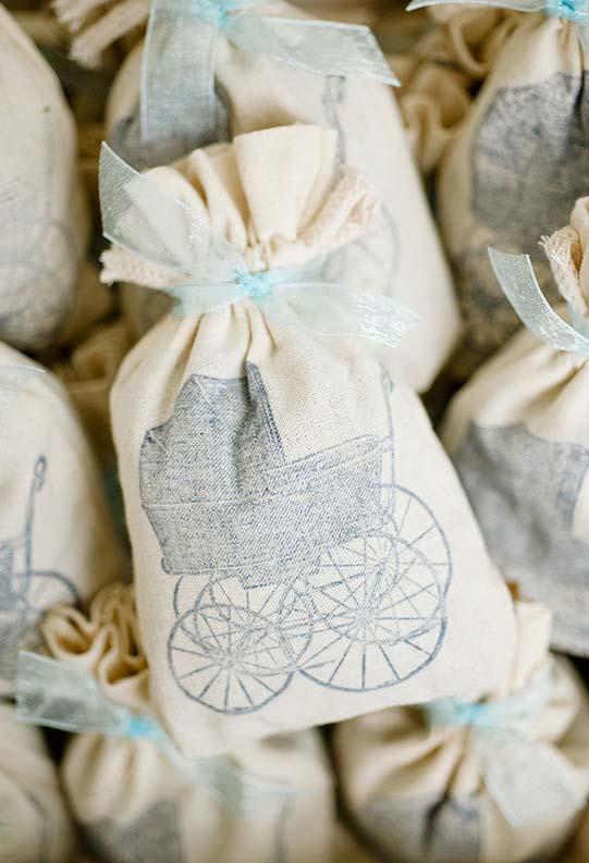Saquinhos de lembrancinhas em algodão cru com estampa de carrinho de bebê clássico
