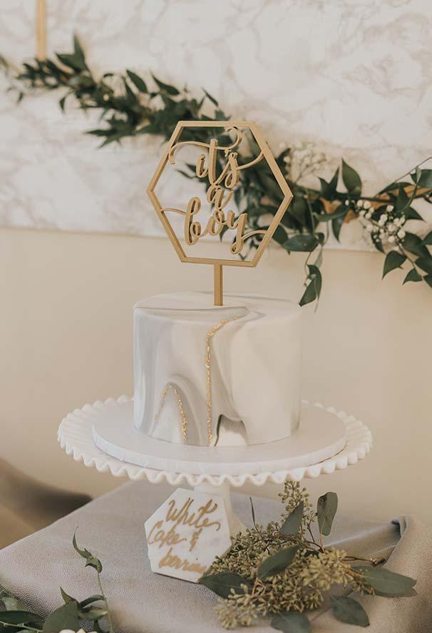 Decoração de bolo para chá de bebê em mármore