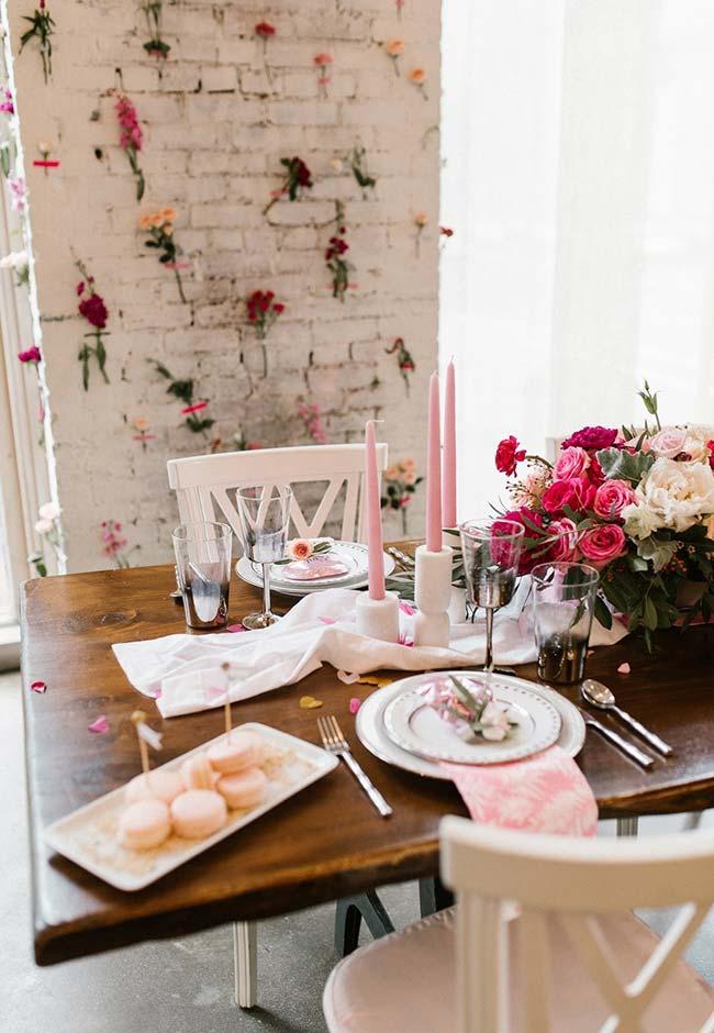 Decoração de jantar romântico repleto de flores