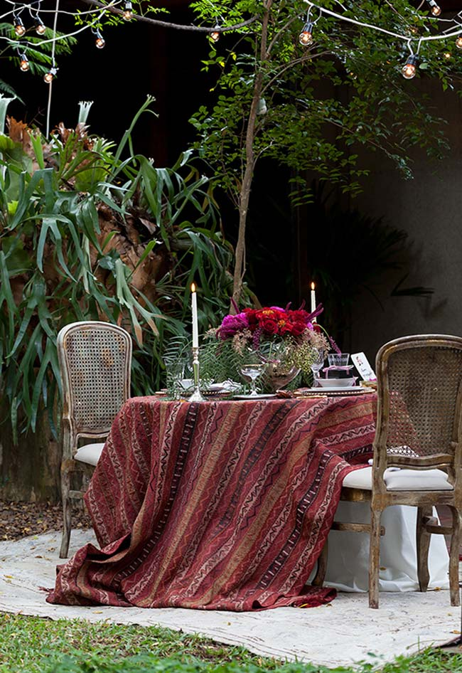 Jantar romântico ao ar livre num clima agradável