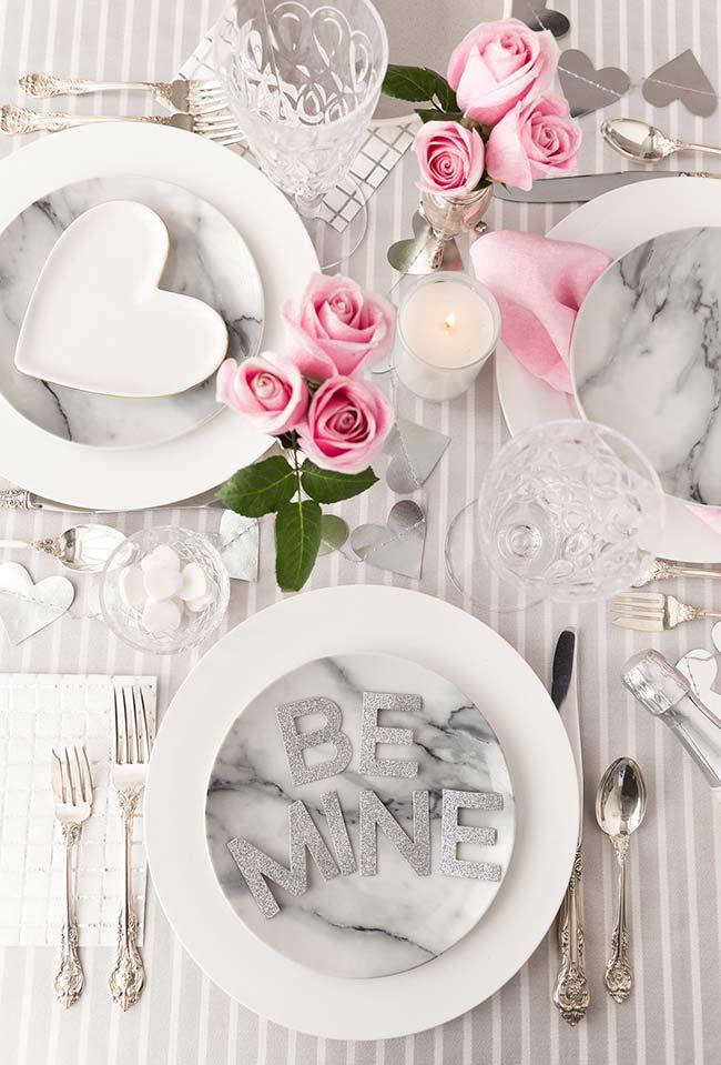 Branco, cinza e rosa nesta decoração de mesa de jantar romântico
