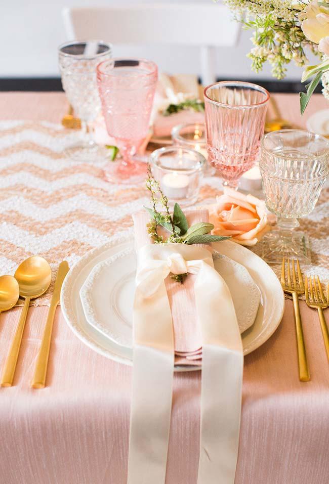 Rosinha, dourado e verde nesta decoração de mesa para jantar romântico
