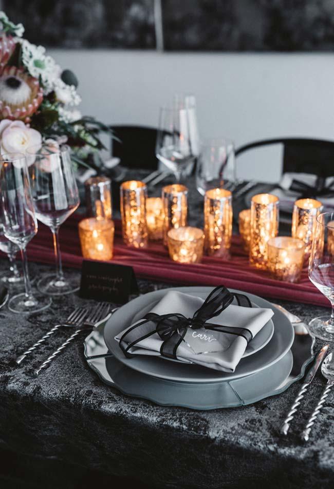 decoração de jantar romântico para mesa em cinza e preto