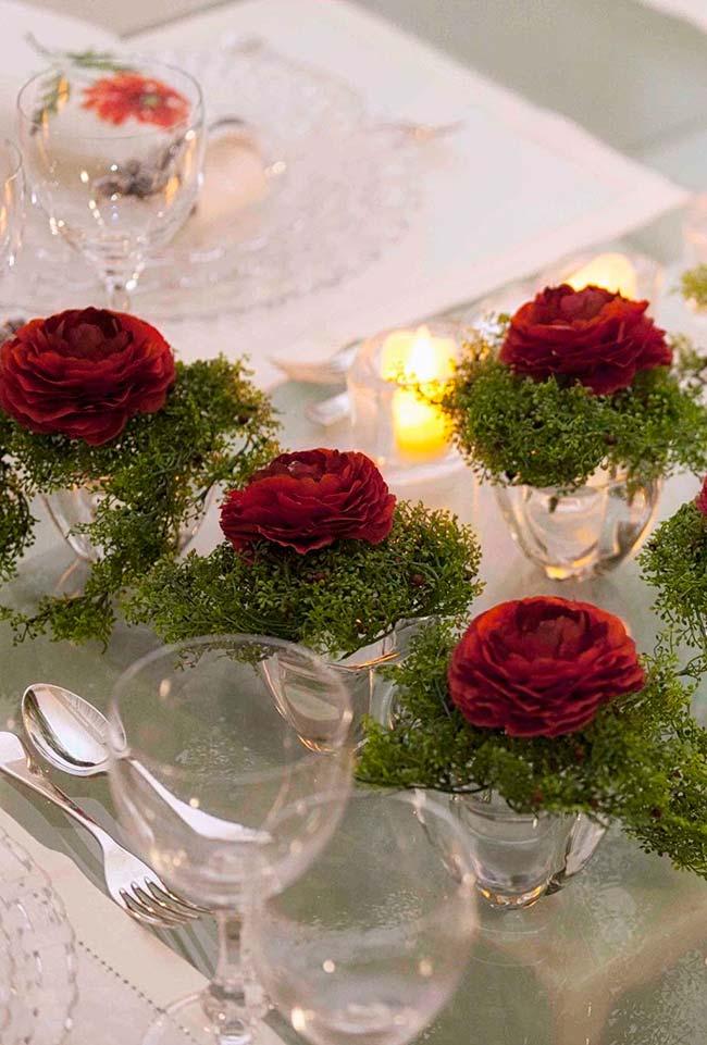 Decoração de mesa com rosas vermelhas elegantes e cheias de cor