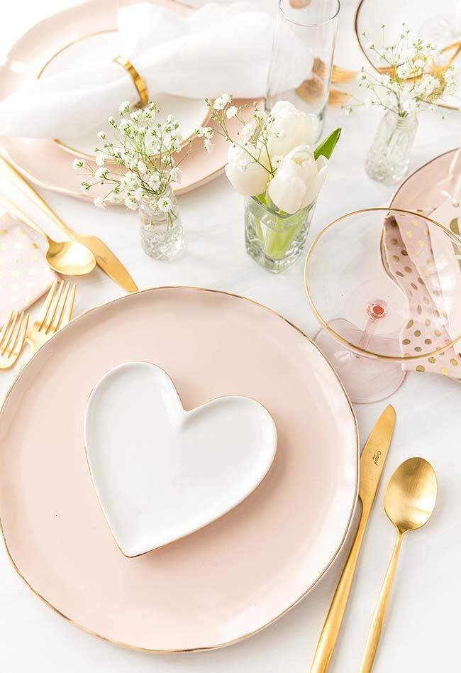 Decoração de jantar romântico: aposte na sua coleção de louças mais românticas nestas ocasiões
