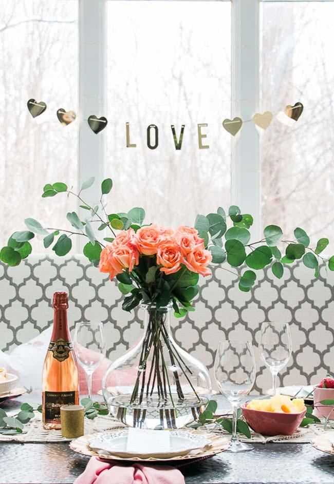 Decoração de jantar romântico: um arranjo majestoso também faz toda a diferença na mesa posta
