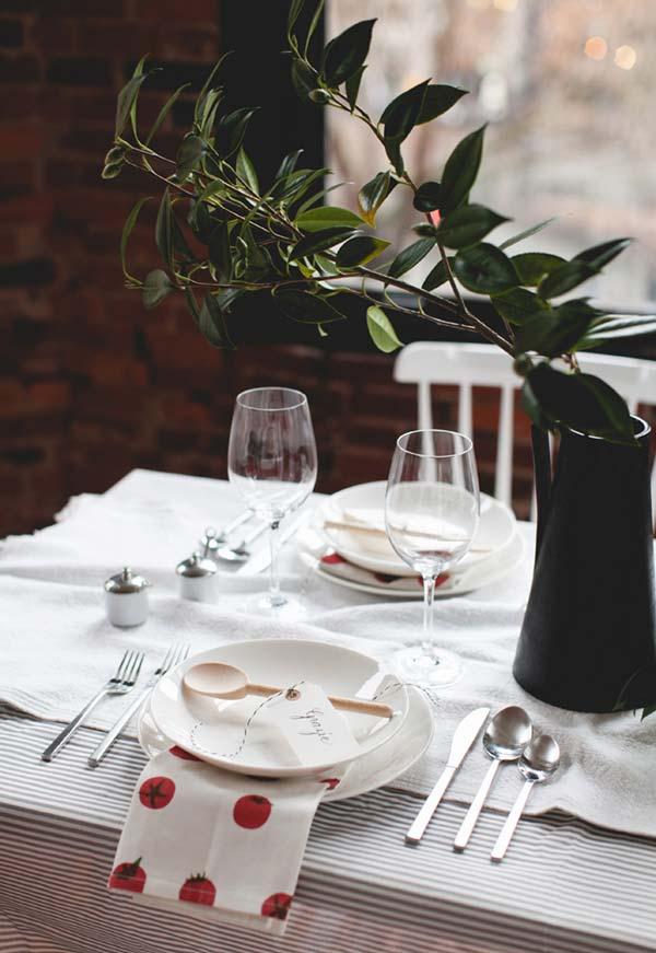 Mesa natural para decoração de jantar romântico