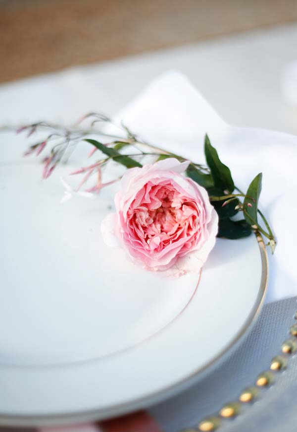 Um toque final cheio de delicadeza e perfume: as rosas são sempre bons acompanhamentos para o clima romântico