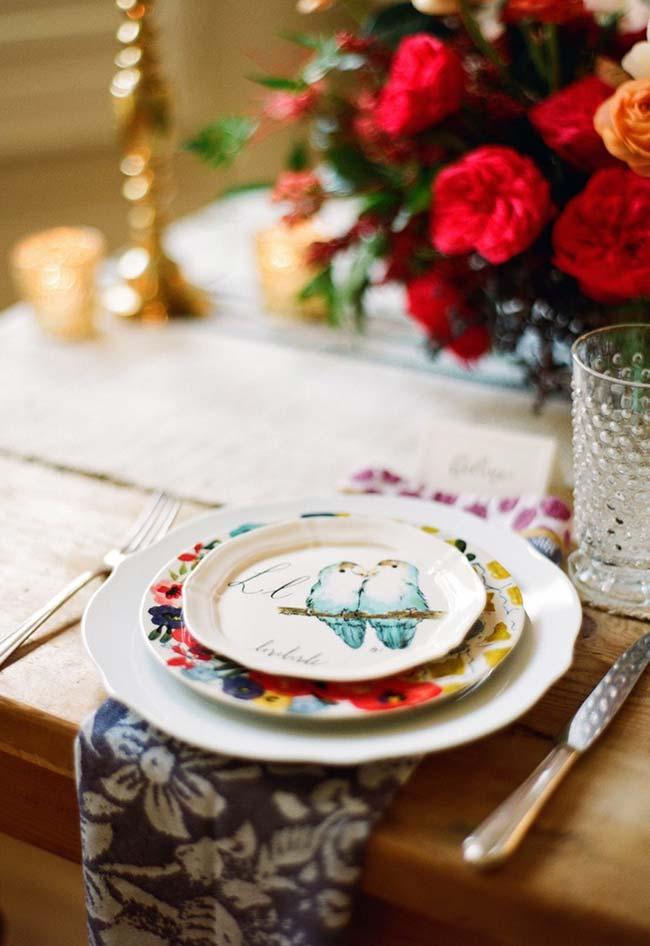 Decoração de jantar romântico: aposte em toques de cores vibrantes na decoração da sua mesa