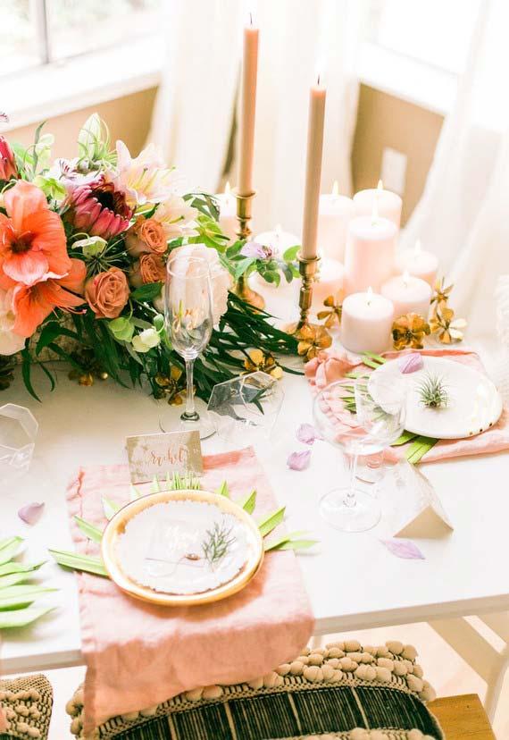 Decoração de jantar romântico a luz de velas num clima super fresco