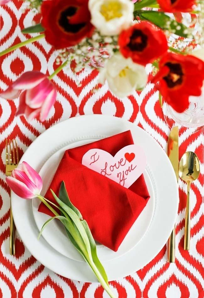 Decoração de jantar romântico com dobradura