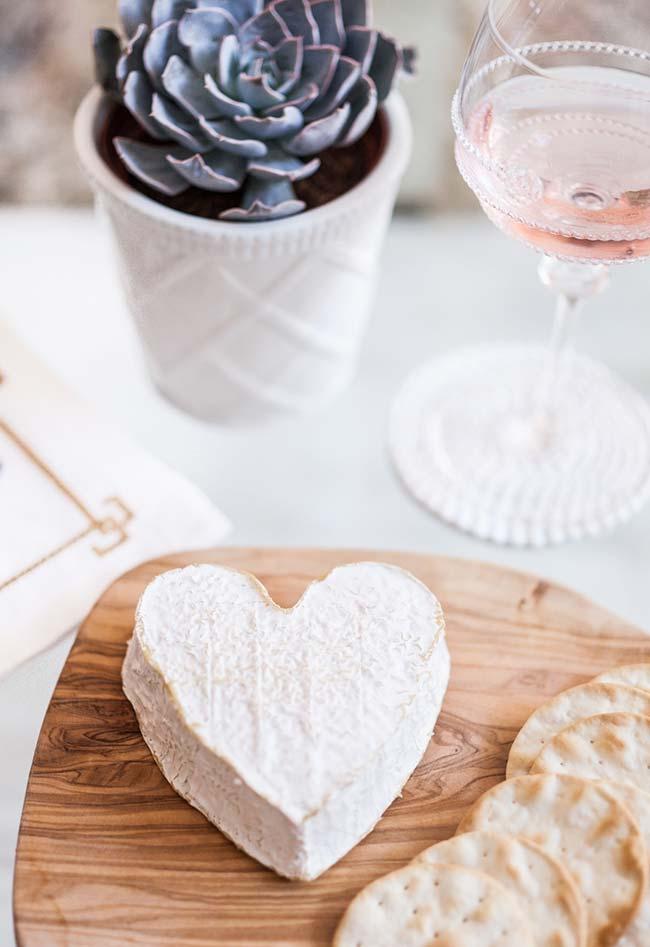 Decoração de jantar romântico com petiscos simples
