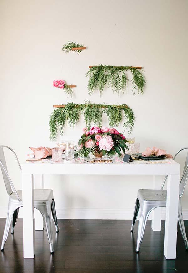Jantar romântico a dois com uma decoração natural até na parede