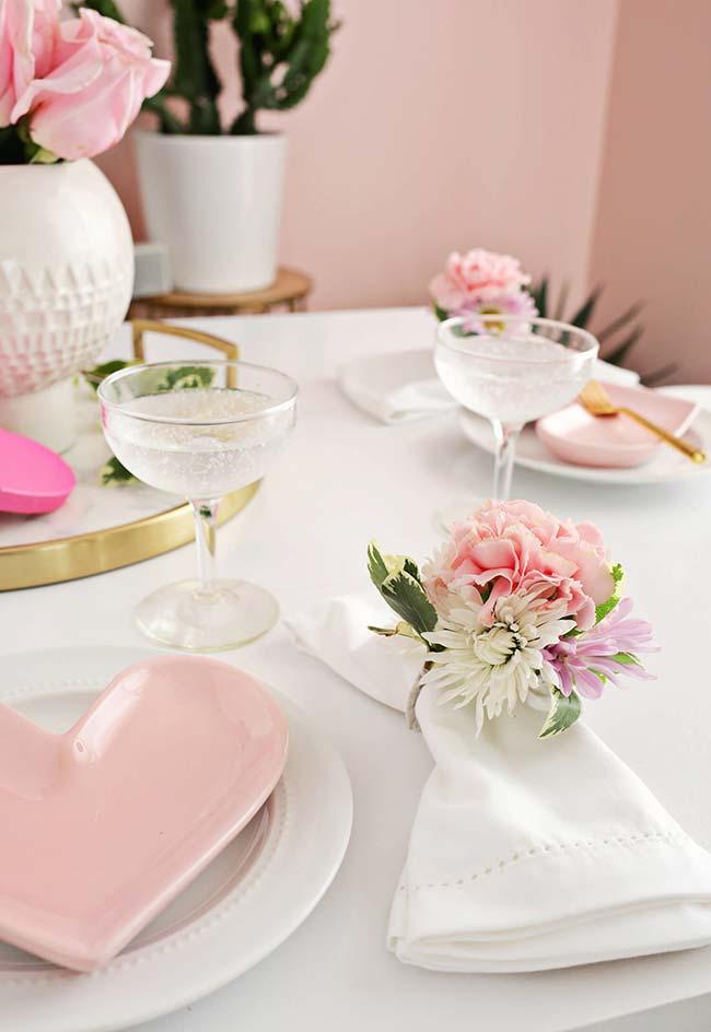 Flores em um arranjo para anéis de guardanapos de tecido para decoração de jantar romântico