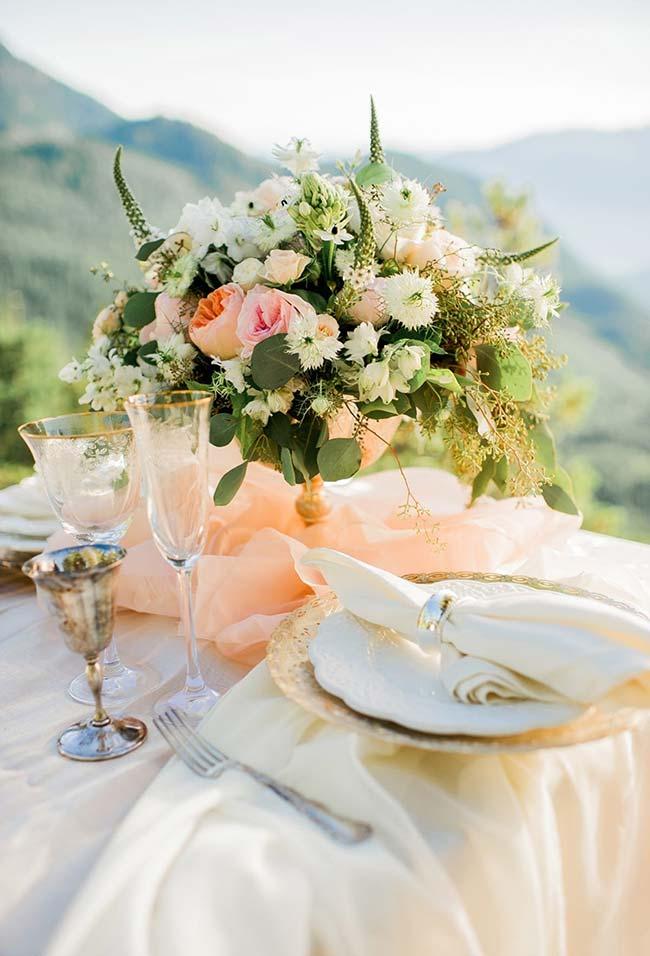 Flores em um arranjo para anéis de guardanapos de tecido para decoração de jantar romântico (continuação)