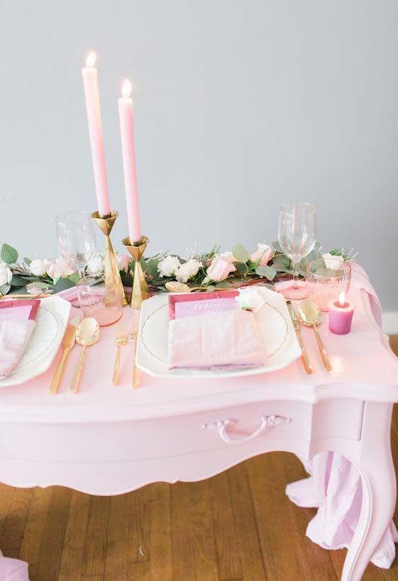 Rosinha como uma inspiração clássica romântica de volta às tendências da decoração de jantar romântico