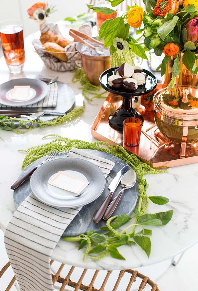 Decoração de mesa para jantar romântico trazendo um verde natural das plantas