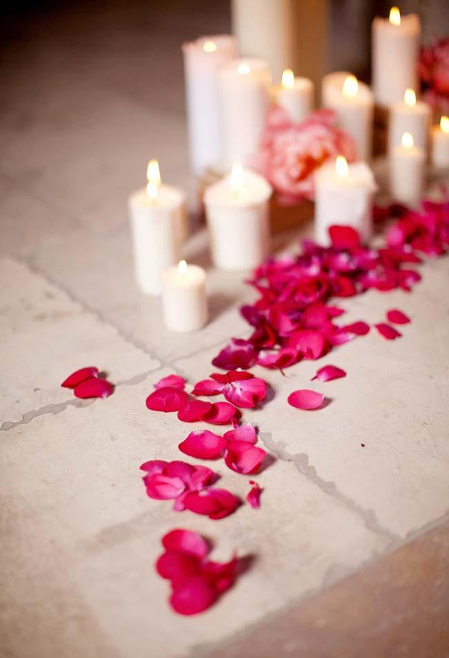 Decoração de jantar romântico: os caminhos de pétalas de rosas são outros clássicos e nunca saem de moda, especialmente à luz de velas