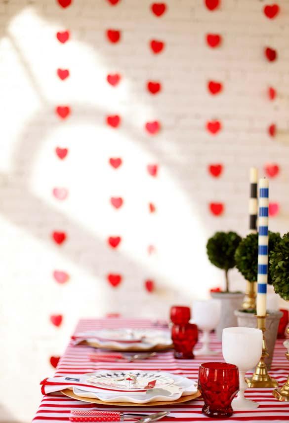 Decoração de jantar romântico com garlands e as cortininhas de corações de papel