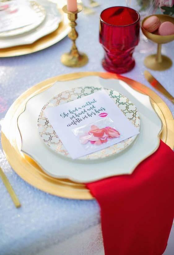 Decoração de jantar romântico com bilhetes e mensagens