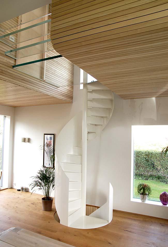 Escada caracol branca para três pavimentos