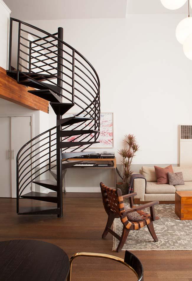 Escada caracol preta com corrimão vazado