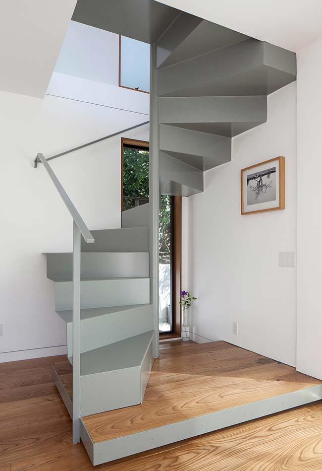 Instale sua escada caracol em um canto com janelas altas