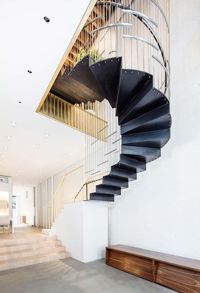 Escada caracol com proteção de aramado